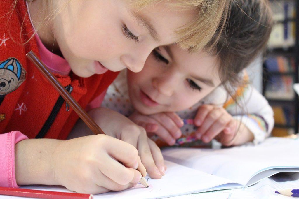bambini che scrivono - open day scuole primarie